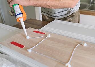 Fixer sans percer le mur avec le mastic de fixation Purefix